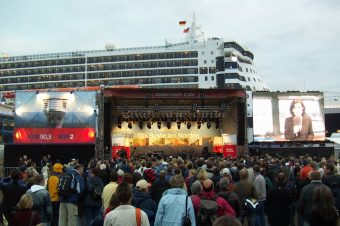 towerstage vor der Queen Mary 2
