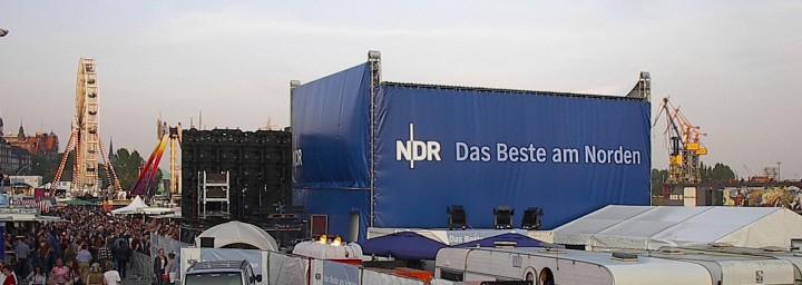 Bühnensystem mit bedrucktem Banner