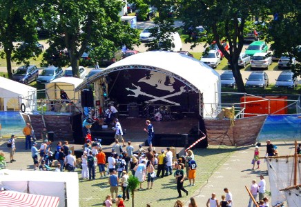 Bühne in Form eines Bootes für die Hamburg Sea Devils Mannschaft