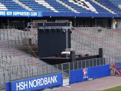 Präsentationsbühne für ein PKW auf einer Zuschauertribüne im HSV Stadion.