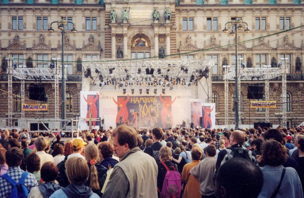 towerstage Bühne mit transparentem Dach vor dem Hamburger Rathaus im Jahr 2000.