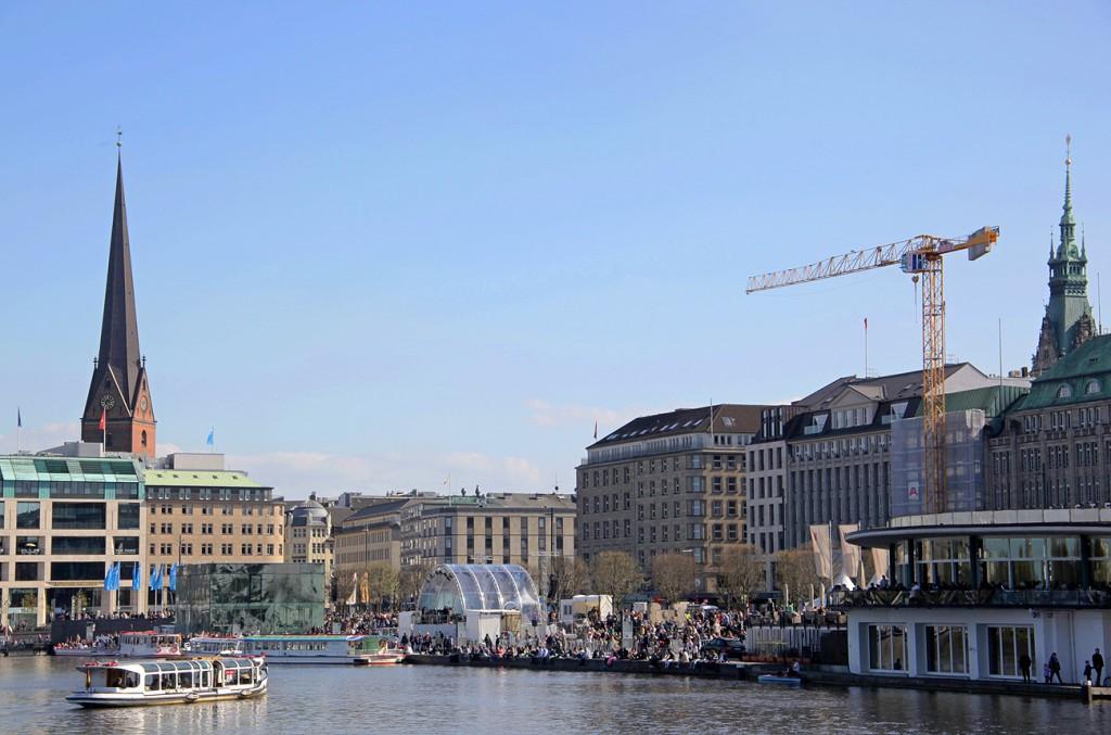 arcstage Bühne mit transparentem Dach am Jungfernstieg in Hamburg.